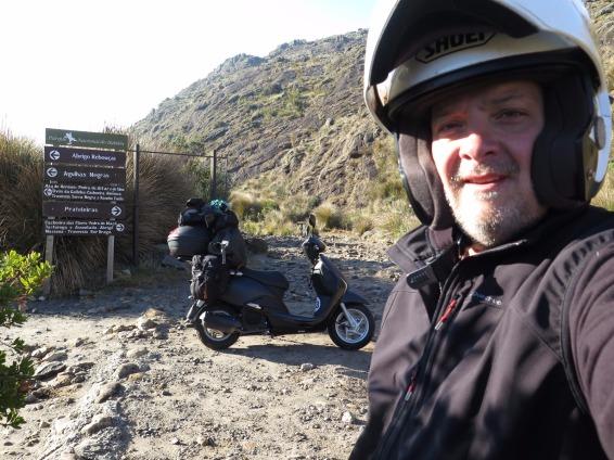 """Eu no """"no-road"""" da BR-485 dentro do Parque Nacional. Foto: Alexandre Dupont."""
