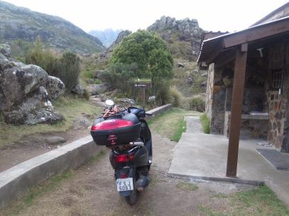 Honda Lead estacionado na porta do Abrigo Rebouças no PNI. Tranquilo para esta super scooter. Foto: Alexandre Dupont.